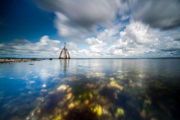 Übertriebene Pfahlwolken über dem See von Fotografiecor .nl