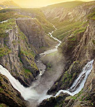 Voringsfossen waterval met kloof in Noorwegen tijdens zonsondergang van iPics Photography