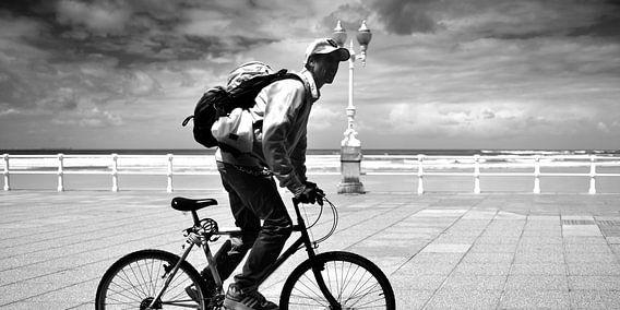 Bikepacker auf dem Boulevard (schwarz-weiß)