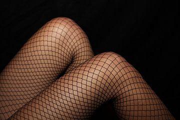 Beine in Netzstrümpfen von Frank Herrmann