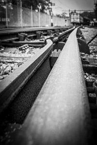 Spoorrails met wagon in zwart-wit van