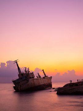 Zonsondergang en scheepswrak in Cyprus van Teun Janssen