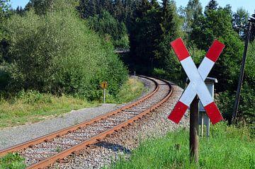 Leere deutsche Eisenbahn mit einem Andreaskreuz im Vordergrund von Gert Bunt