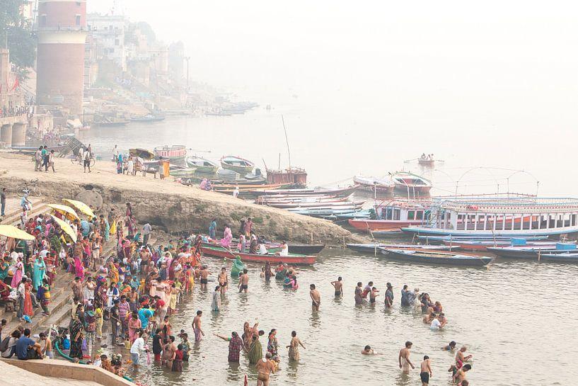 Ritueel bad in de heilige rivier de Ganges in Varanasi, India van Fleur Halkema