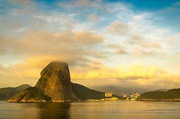 Bucht von Rio de Janeiro mit Zuckerhut im Morgengrauen von Dieter Walther
