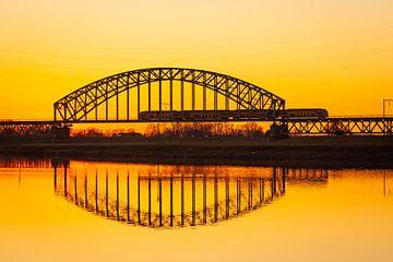 Treinbrug bij zonsondergang van Thijs Vermeer