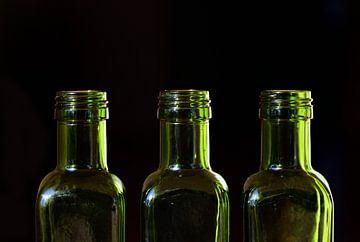 drei leere grüne Flaschen aus Glas von Ulrike Leone