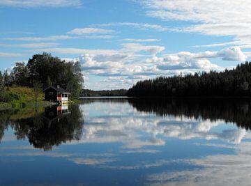 Immeljärvi See in Levi mit schoenen Wasserreflexionen von Jutta Klassen