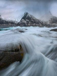Grote golven aan de mooie kustlijn van Senja in Noorwegen.