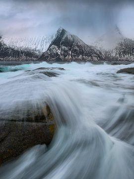 Grote golven aan de mooie kustlijn van Senja in Noorwegen. van Jos Pannekoek