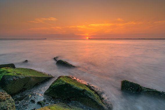Pier bij IJmuiden gedurende zonsondergang