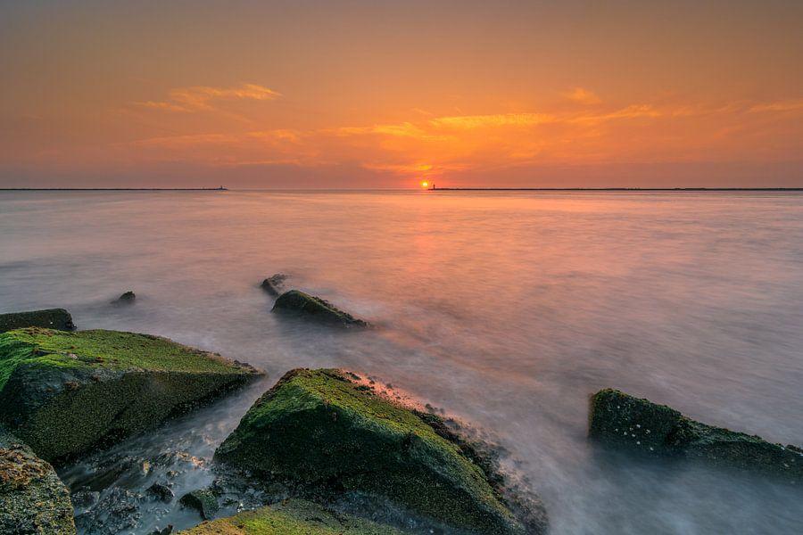 Pier bij IJmuiden gedurende zonsondergang van Ardi Mulder
