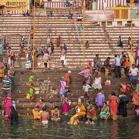 Menschen nehmen ein rituelles Bad im Fluss Ganges in der heiligen Stadt Varanasi, Indien. von Tjeerd Kruse