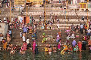 mensen nemen ritueel bad in de rivier de Ganges in de heilige stad Varanasi, India. van