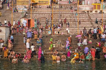 mensen nemen ritueel bad in de rivier de Ganges in de heilige stad Varanasi, India. van Tjeerd Kruse