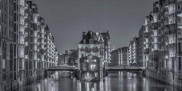 Wasserschloss Speicherstadt Hamburg in monochromer Ausführung von Jenco van Zalk