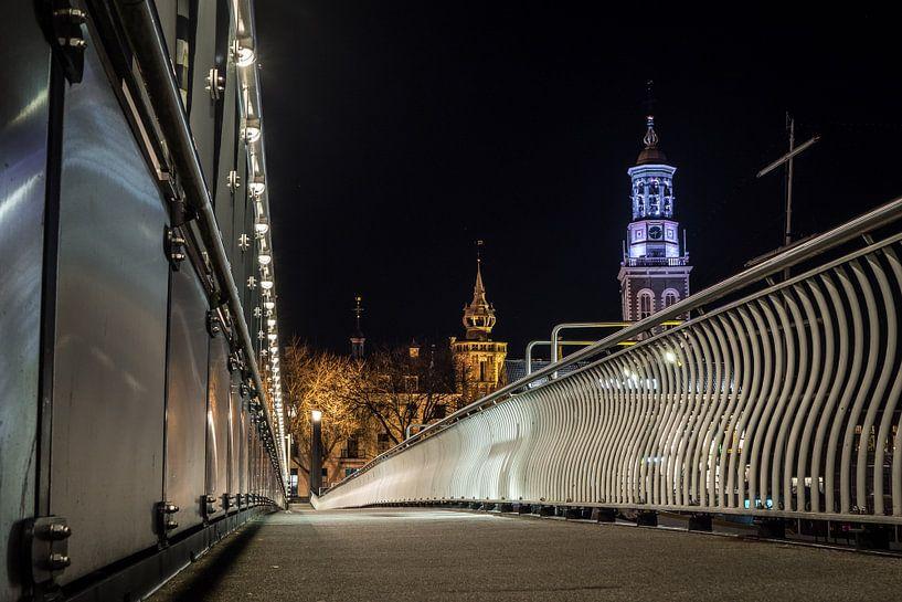 Low view from the footwalk along the Stadsbrug in Kampen at night von Gerrit Veldman