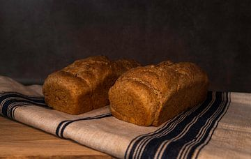 vers gebakken brood op een meelzak