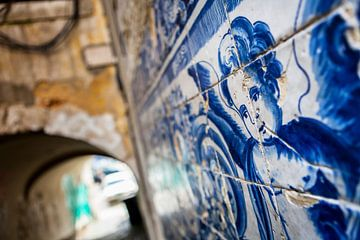 Azulejo-Fliesen in einer Gasse in Lissabon von Marcel Bakker