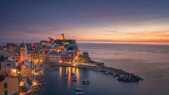 Vernazza - Cinque Terre - na zonsondergang van Toon van den Einde