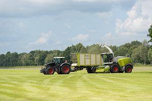 hakselaar en transport van gras met tractor en wagen