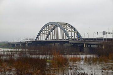 De oude brug Lekbrug tussen Vianen en Nieuwegein over de rivier de Lek met een hoge waterstand van Robin Verhoef