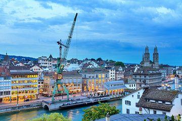 Uitzicht over Zurich in het blauwe uur na zonsondergang van Dennis van de Water
