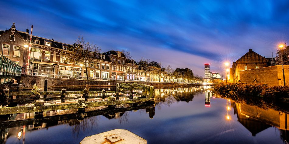 Stadsgracht Leeuwarden bij avondlicht van Harrie Muis