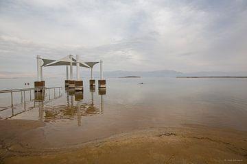 Ein Gedi badplaats aan de dode zee in israel. van Joost Adriaanse
