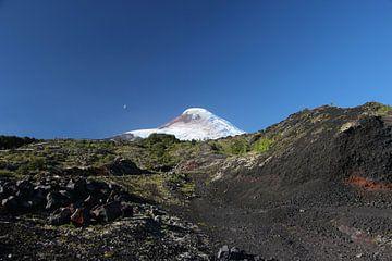 Vulkan Osorno, Chile. Lavagestein, blauer Himmel, Halbmond. von A. Hendriks