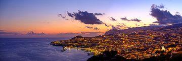 Abends Blick über Funchal, die Hauptstadt der Insel Madeira. von Sjoerd van der Wal