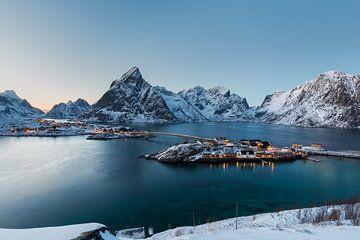 Sakrisoy, eine Insel in den winterlichen Bergen und Fjorden der Lofoten, Norwegen von Sander Groffen