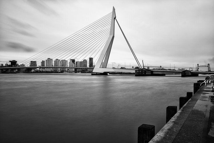 Erasmusbrug | Zwart-Wit Foto van Mark De Rooij
