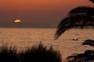 vissers bij zonsondergang van