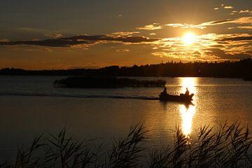 Boottocht bij zonsondergang von Carla Kragten-Looijen