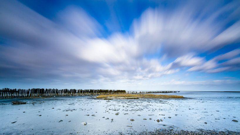 Het wad bij Moddergat met zeewering paaltjes van Mark Scheper