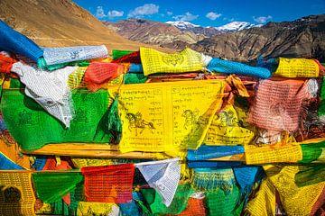 Bunte Gebetsfahnen in den Bergen von Tibet von Rietje Bulthuis