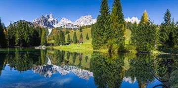 A beautiful autumn day at a mountain lake sur