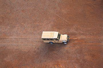 Auto von oben in der Wüste Namibia von Bobsphotography
