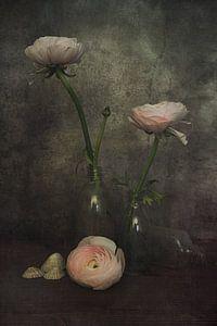 Ranonkels in glas van Elly van Veen