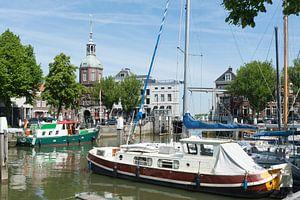 Uitzicht op pleziervaartuigen in de Wijnhaven Dordrecht