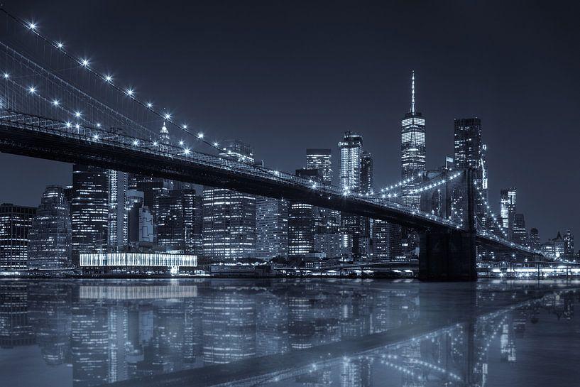Brooklyn Bridge reflection  met Skyline van Manhattan van Jan van Dasler