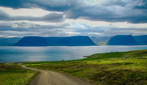 Het water van de waterval stroomt het Arendsfjord in, IJsland