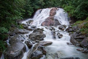 De waterval van de rivier Kelchbach  stroomt door Belalp