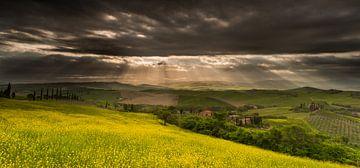 Zonnestralen in het Val d'Orcia in Zuid Toscane van