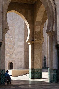 Man in schaduw bij moskee van Arthur van Iterson