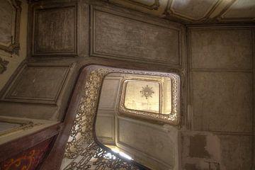 trappenhal in een verlaten kasteel van
