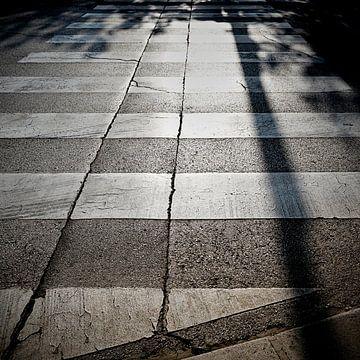 Zebrastreifen auf einer Straße in der historischen Hafenstadt Porec in Kroatien von Heiko Kueverling