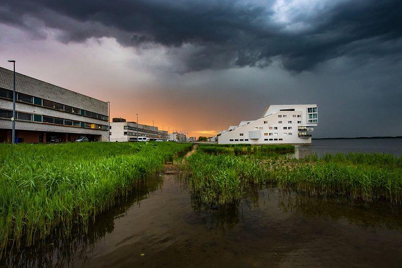 Dreigend onweer boven Huizen van Inge Jansen