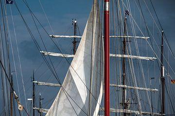 Zeilen en masten in de haven van Harlingen